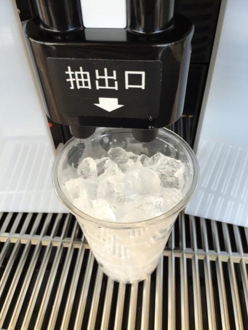 ファミマカフェ『アイスカフェラテ』の作り方/フタをはがす