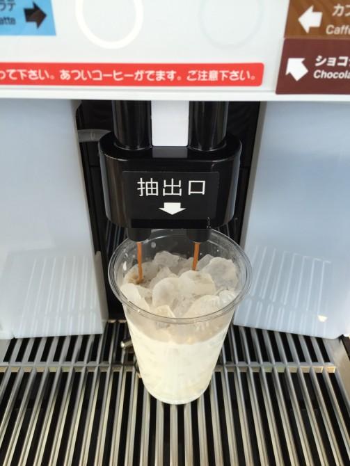 ファミマカフェ『アイスカフェラテ』の作り方/コーヒー抽出中