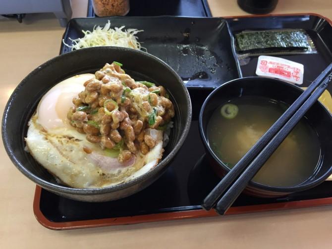 吉野家/ハムエッグ納豆定食/ハムエッグ納豆丼にして食べます