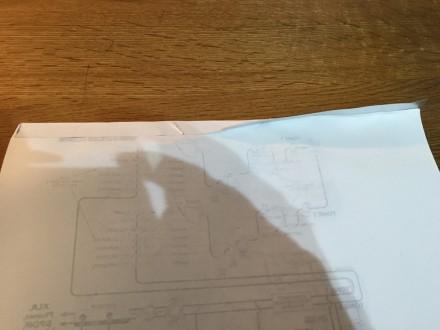製本テープをA4紙マニュアルに取り付け中