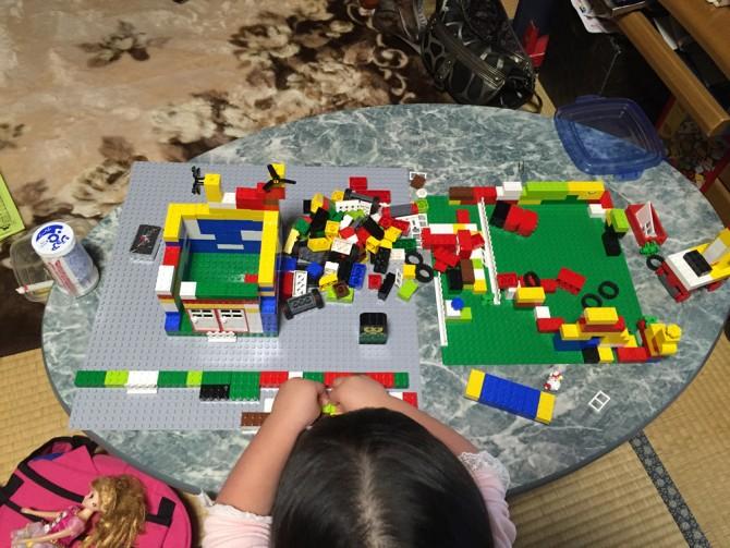 レゴ(赤いバケツ)で遊ぶ姪っ子