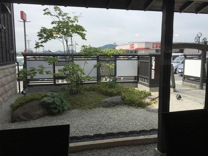 珈琲屋らんぷ/店内からの中庭の眺め