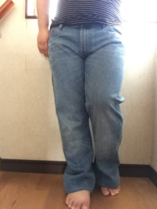 ユニクロで買ったジーンズをセルカ棒で自撮り
