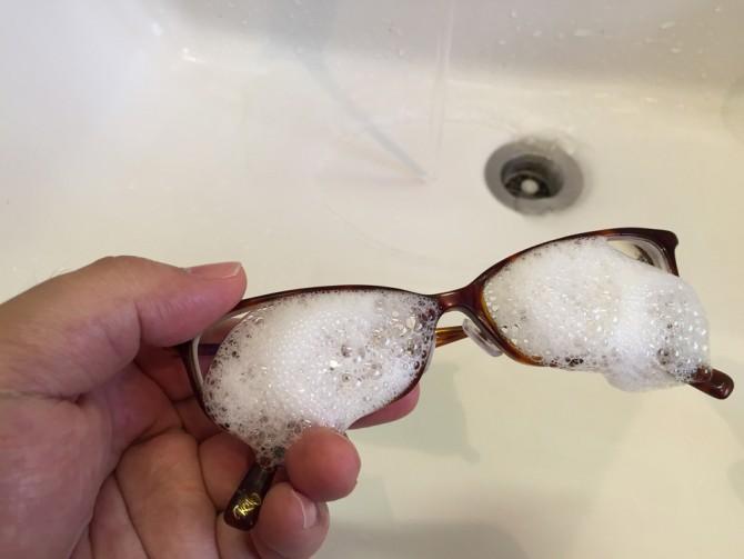 メガネのシャンプーを眼鏡全体にスプレー