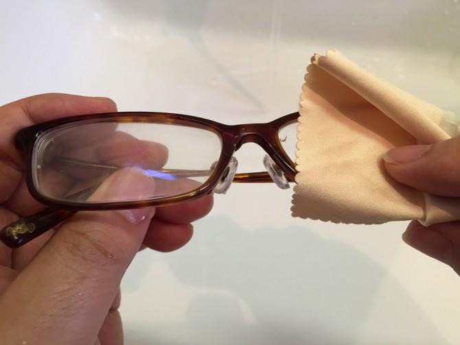 最後に眼鏡をクロスで拭く