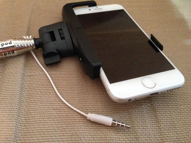 スマホ自撮り棒のケーブルをiPhone6のイヤホンジャックに接続