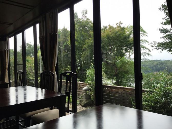 和樹実/カフェのテーブル席