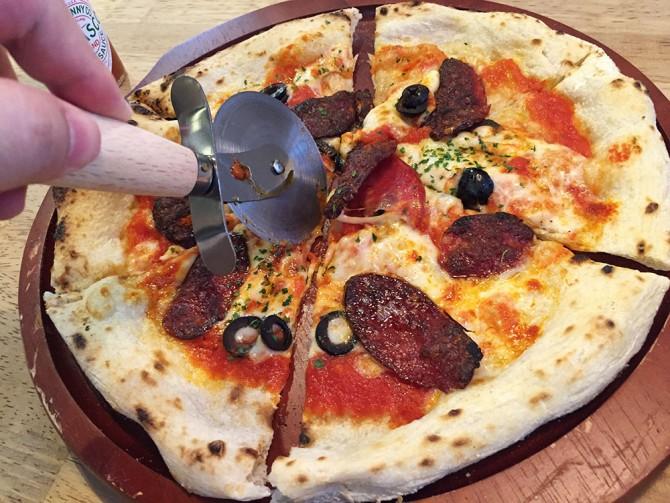 ピザカッターでピザを切るところ