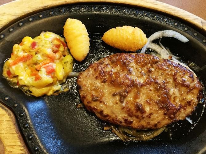 びっくりドンキー/レギュラーバーグステーキセットのメインディッシュ(レギュラーハンバーグ+コロッケ+ガロニ)