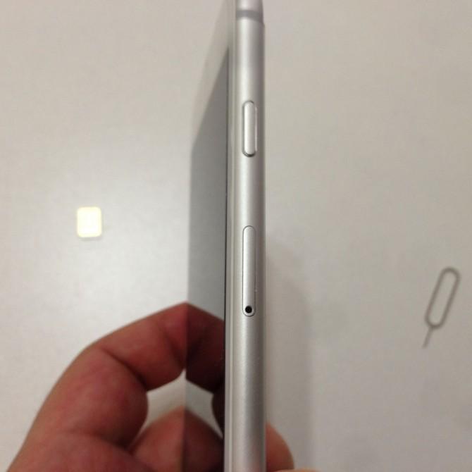 iPhoneのSIMトレイの穴