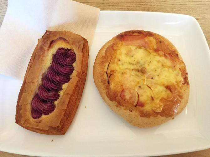 ナガラタタン/紫芋のパン(左)とカルボナーラのパン(右)