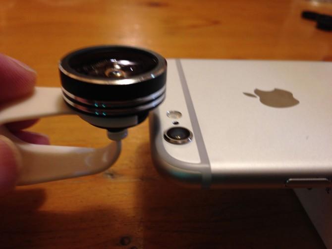 Mpow Clip-On レンズ/スマホレンズをiPhoneに装着するところ