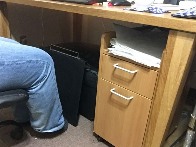 ひざ暖板を机で使っているところ