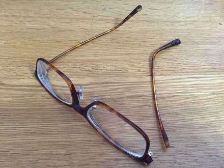 破損したメガネ