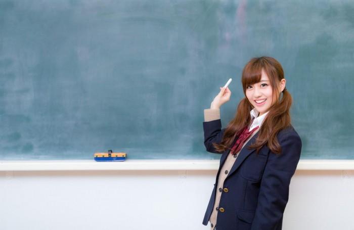 黒板に立つ女子高生