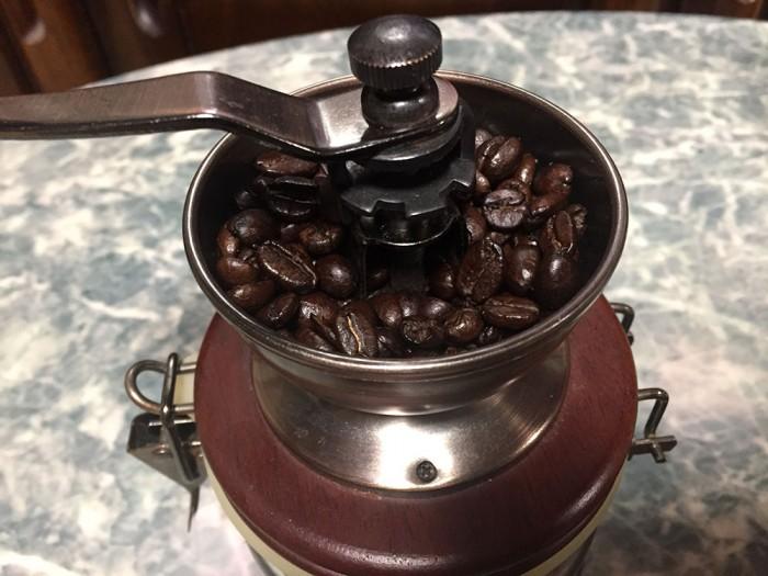 手挽きコーヒーミル/挽いてないコーヒー豆をミルにセット