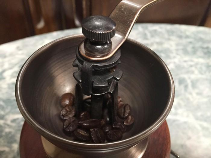 手挽きコーヒーミル/コーヒー豆を挽くところ