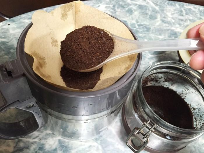 挽いたコーヒー豆をペーパーフィルターにセット