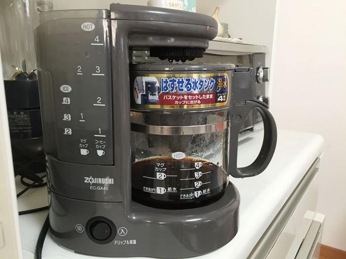 挽いた豆をコーヒーメーカーで抽出中