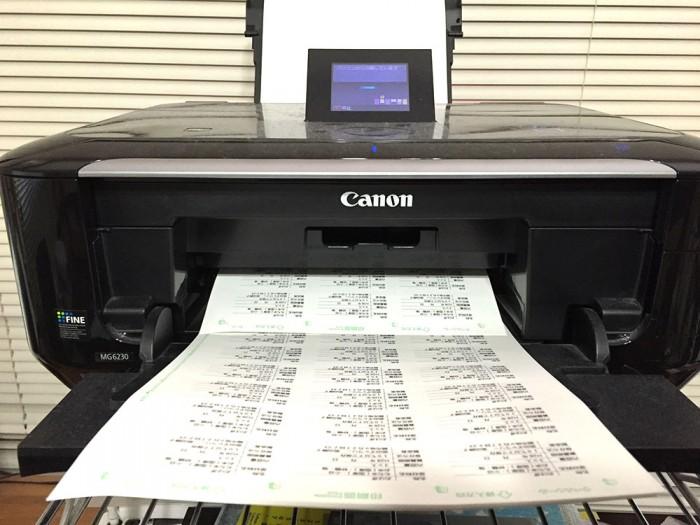 プリンターで賞味期限ラベルシールを印刷しているところ