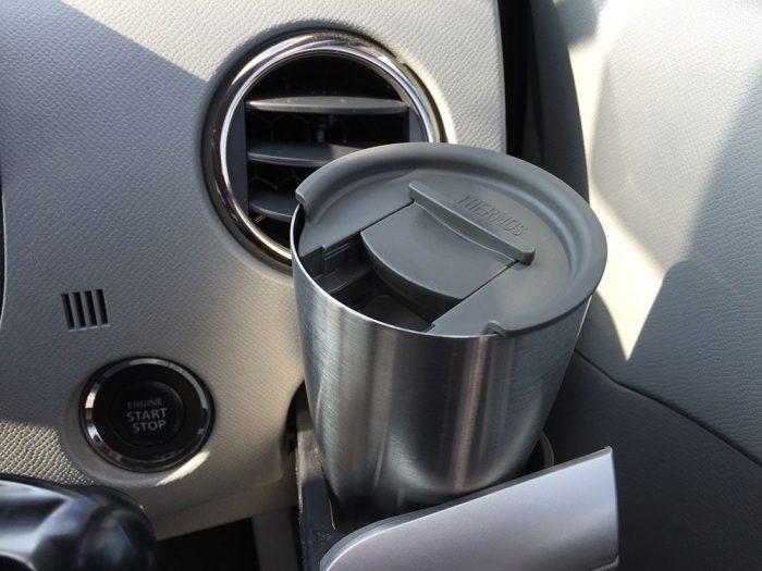 サーモス 真空断熱タンブラーを車のドリンクホルダーにセットして飲む