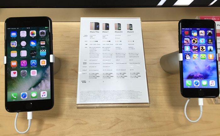 iPhone7(右)とiPhone7 Plus(左)