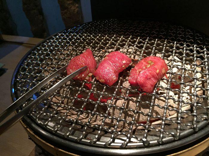 馬喰一代(各務原店)/飛騨牛の肉を炭火で焼くところ