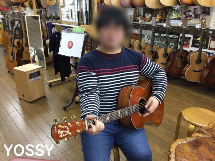 ヤイリギターで左利きギターを試奏するyossy