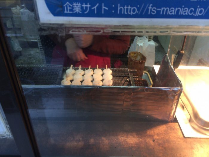 五王加茂野店/五平餅を焼いているところ