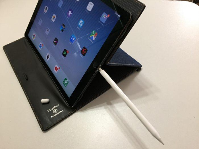 Apple PencilをiPad Pro本体のLightningコネクタに直接挿入して充電している写真