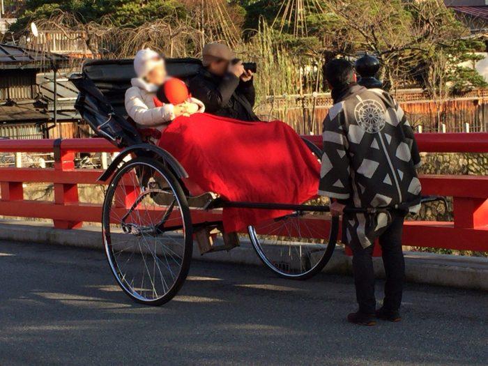 宮川中橋で人力車に乗る観光客