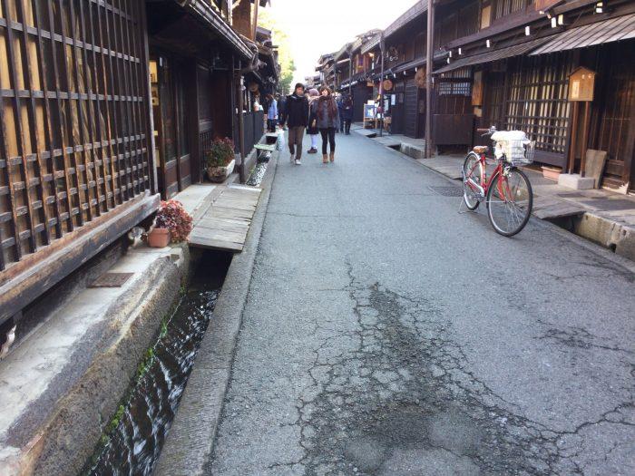 道沿いに流れる水路(上三之町)