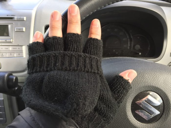 指なし手袋なら車のハンドル操作もできるよ