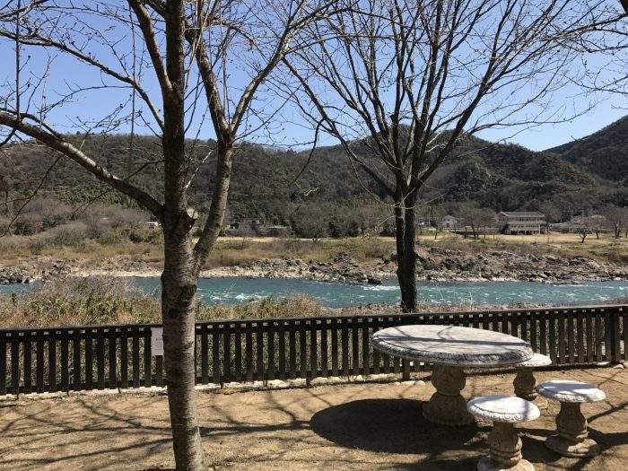 さくらテーブルから眺める木曽川と山々の景色
