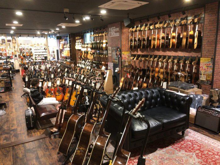 三木楽器アコースティックインの店内