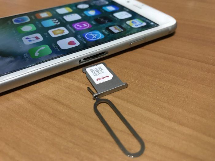iPhoneでSIMカードをSIMトレイにセットしたところ