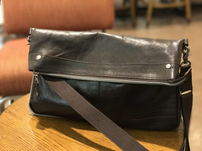 DOUBLESのショルダーバッグ『JHF-1677』(ポートレートモードで撮ってみた)