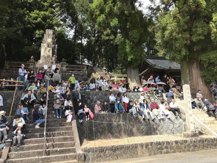 久田見まつりで白鬚神社に集う観衆