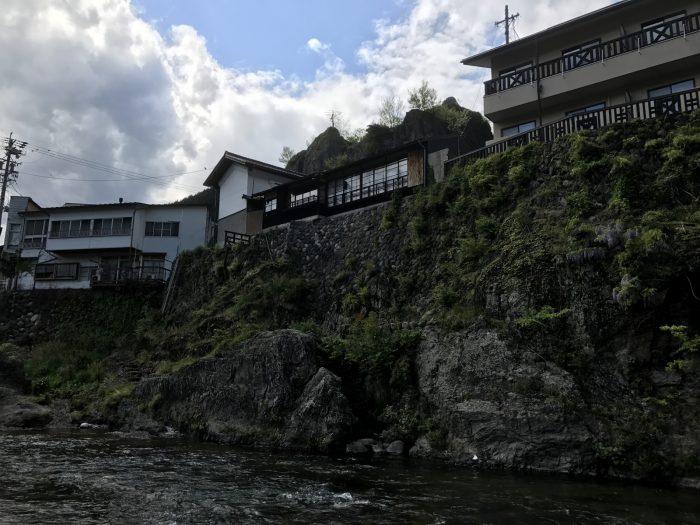 吉田川沿いの岩の絶壁