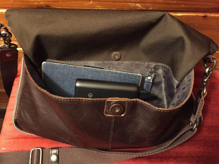 モバイルバッテリーは常にショルダーバッグの中に