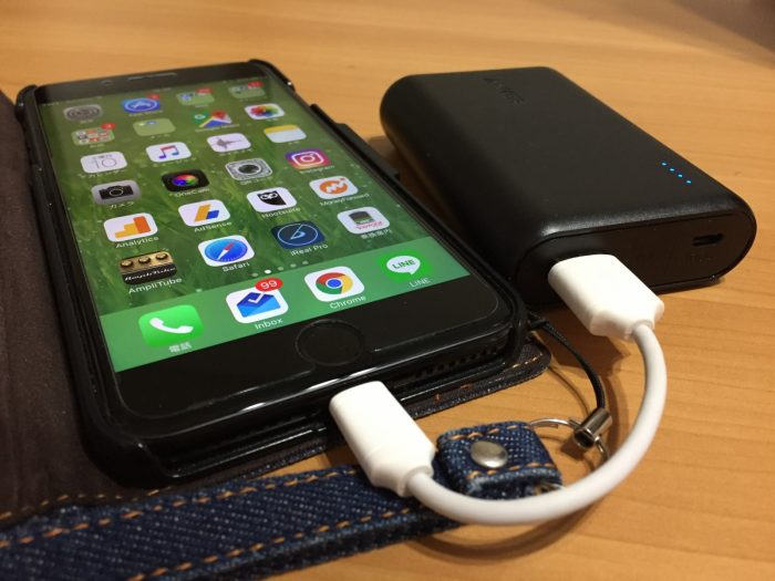 Anker PowerCore 10000でiPhoneを充電中