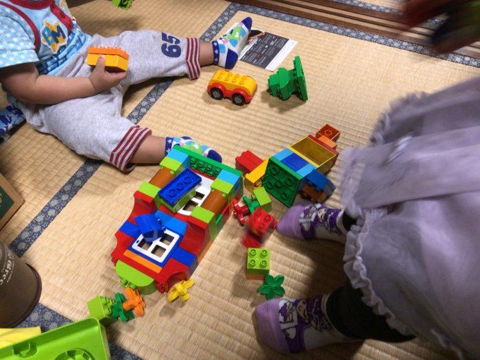 デュプロで遊ぶ甥っ子と姪っ子
