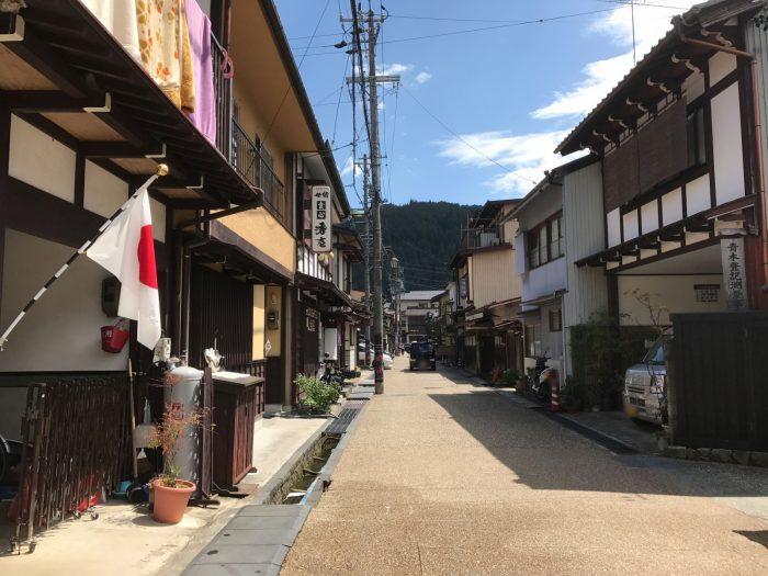 郡上八幡の町の通りに掲げられている日本国旗