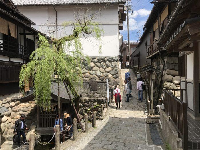 宗祇水の石畳の道