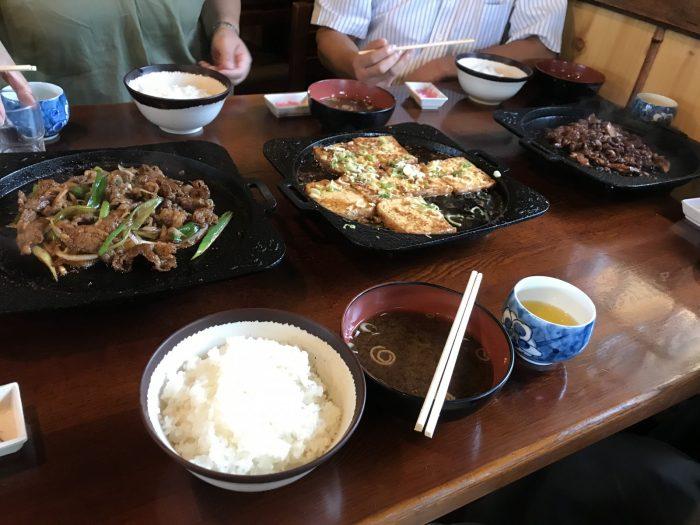 国八食堂の鉄板焼きどうふ+ホルモン+焼肉