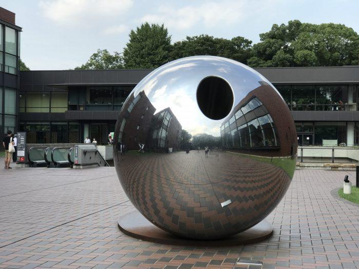 シルバーの球体オブジェ