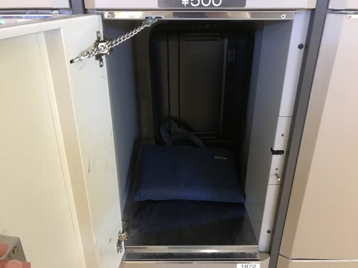 コインロッカーのボックスの扉を開く