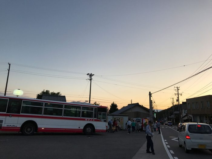 会場到着(in 観光バス駐車場) 美濃和紙あかりアート展