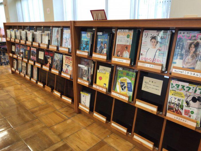 図書館の雑誌コーナー