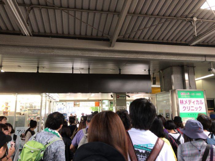 混雑する中津川駅の改札出口